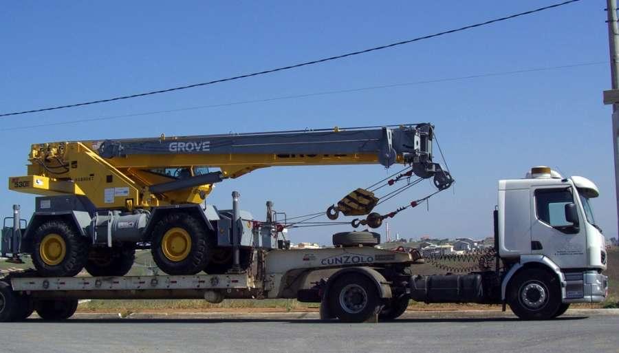 O Guindaste Autopropelido Grove RT530 é um equipamento indicado para construção civil, em casos de terreno acidentado, além de ser especialmente indicado para indústrias pela sua capacidade de esterçamento.