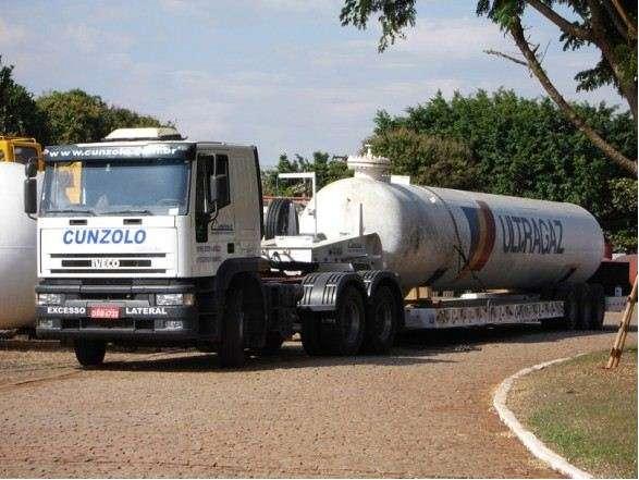 A prancha 02 eixos para transporte pesado se diferencia da carreta por ter a rampa de acesso para carregamento, facilitando o trabalho.