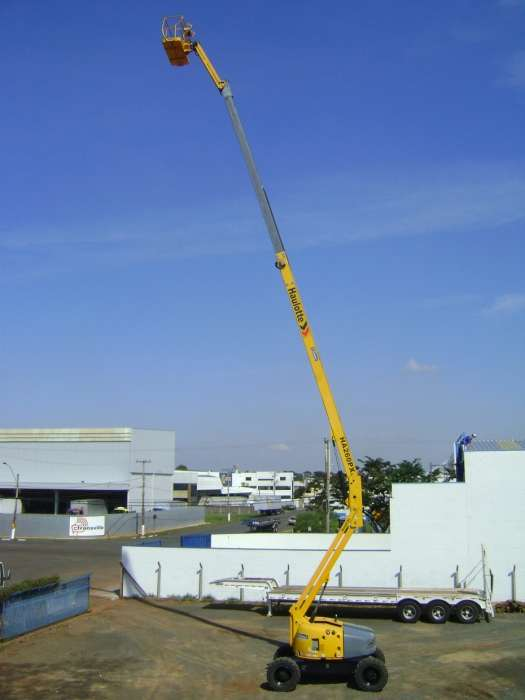 A Plataforma com Lança Telescópica Articulada Haulotte HA260PX é a diesel e possui seu maior diferencial está na altura do piso até o solo: 0,42 metros livre para movimentação em diversos tipos de terrenos.