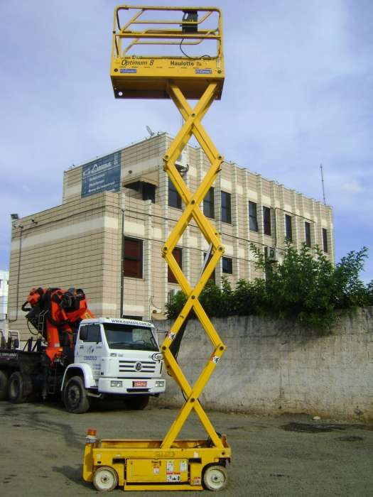 Altura de Trabalho: 7,76m. Capacidade: 2 pessoas - 227 kg. Largura da Plataforma: 0,76 cm.