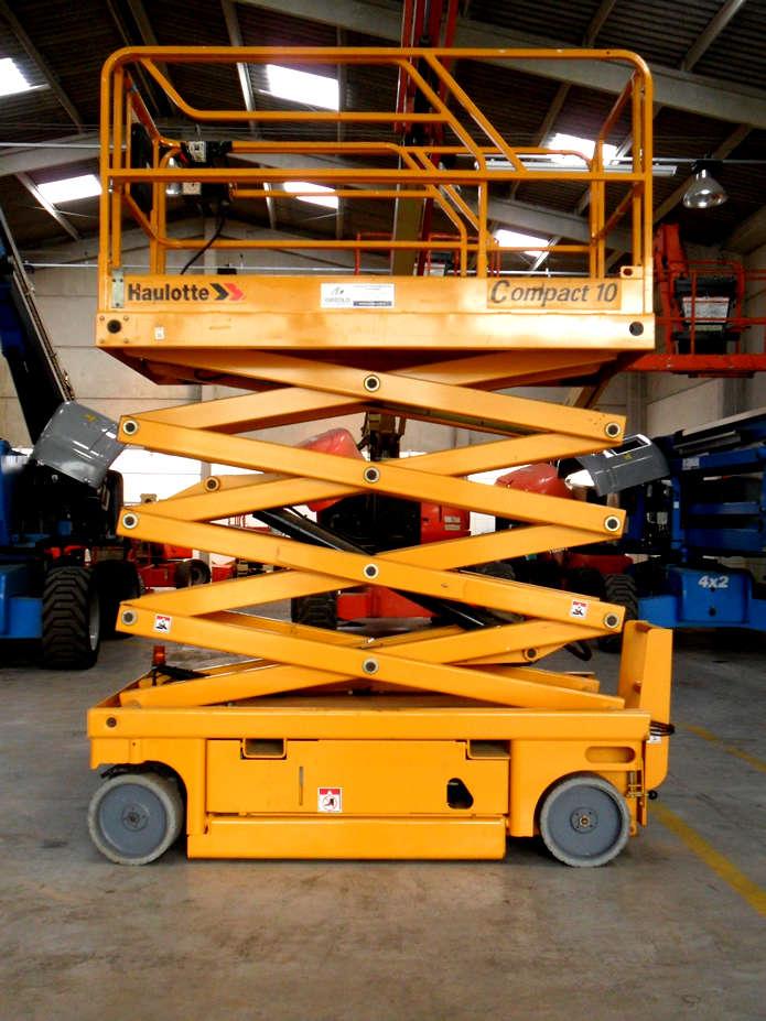 Altura de Trabalho: 10,15m. Capacidade: 2 pessoas - 450 kg. Laurgura da Plataforma: 1,20m.