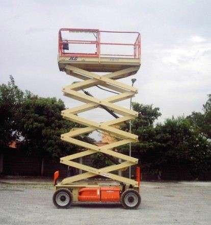 A Plataforma Tesoura JLG 4394RT pode ser utilizada em terrenos de diversos tipos com uma boa produtividade.