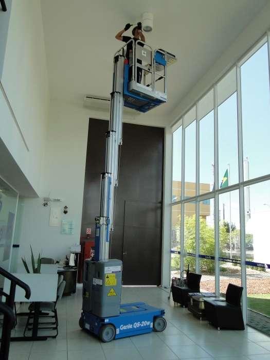 Altura de Trabalho : 7,85 m. Capacidade :1 pessoa – 159 Kgs. Largura da plataforma : 0,80 m.