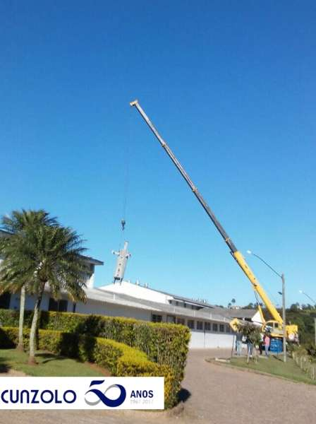 Içamento de Peça realizado com Guindaste Industrial da Cunzolo em empresa na cidade de Valinhos-SP.
