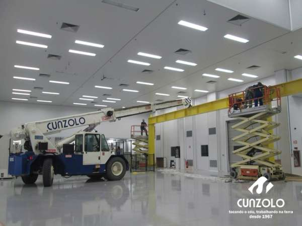 A Cunzolo realizou o içamento de vigas de rolamento de ponte rolante com 13 metros de comprimento e peso de 2.800 kg.