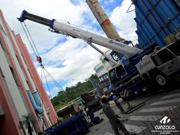A Cunzolo realizou o içamento, verticalização e descarga de um trocador de calor. A operação ocorreu com Guindaste Rodoviário Tadano ATF130G-5, Guindaste Rodoviário Tadano ATF 90 G-4 e o Guindaste Rodoviário Tadano ATF 220 G-5.
