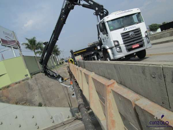 A Cunzolo Guindastes e Plataformas realizou uma instalação de pingadeirana lateral do viaduto precisando efetuar uma movimentação operacional com o cesto aéreo. O equipamento utilizado foi o guindaste articulado Hiab XS 622.
