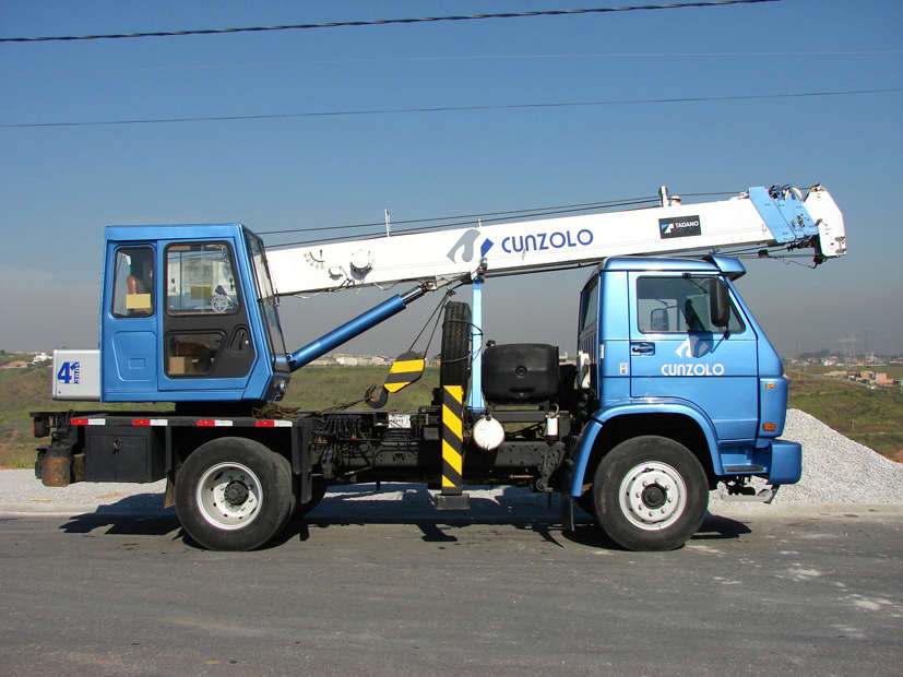 O Guindaste Rodoviário Tadano TS 75ML é um equipamento compacto, montado sobre caminhão, ideal para elevação de estruturas metálicas sobre lajedevido ao seu peso, e pequenos içamentos de estruturas. Guindaste rodoviário apropriado para utilização interna e externa.