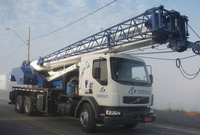 O Guindaste Rodoviário Tadano TS 300BR é montado sobre caminhão e possui uma lança auxiliar JIB de 8 metros que auxilia em atividades que necessitam de um maior alcance.